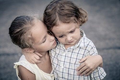 Geschwister weinen und trösten sich