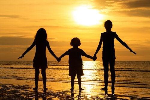 Geschwister zusammen am Strand