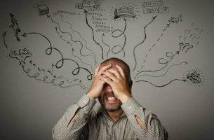 Tipps zum Stressmanagement - gestresster Mann verdeckt sein Gesicht mit den Händen