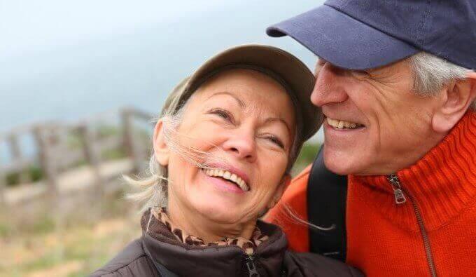 Glückliches Paar ist draußen unterwegs