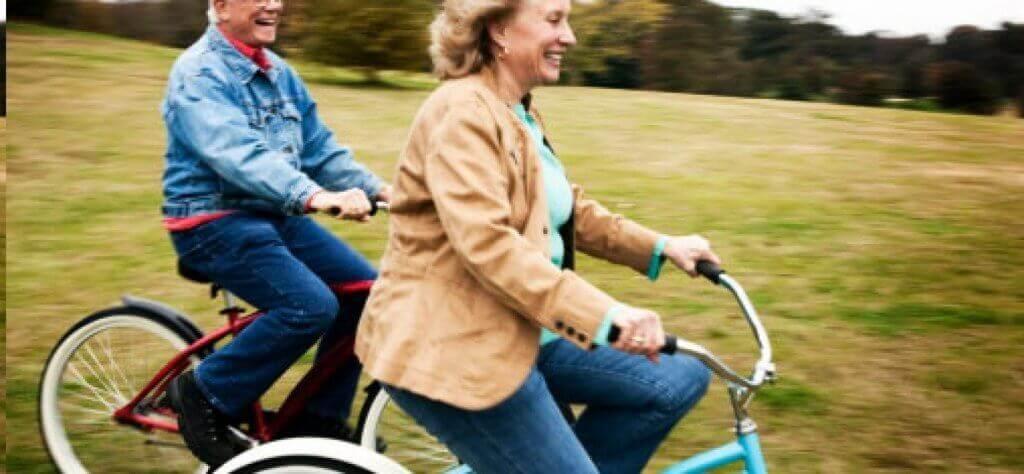 Glückliches älteres Paar fährt Fahrrad