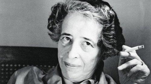 Hannah Arendt raucht