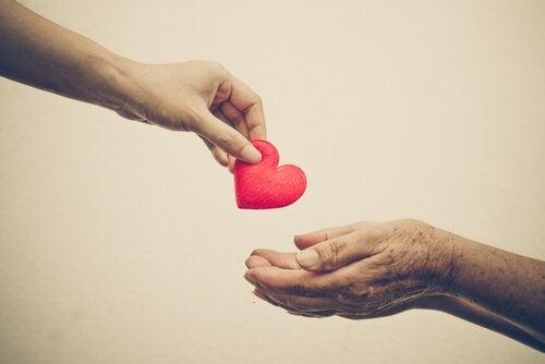 Herz wird von Hand zu Hand gereicht