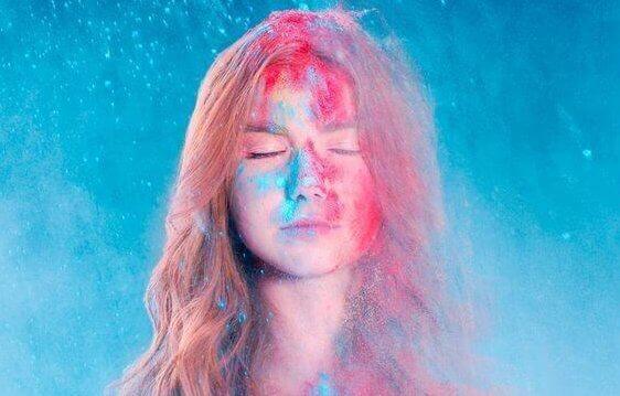 Intuition entwickeln - Frau in rot und blau mit geschlossenen Augen