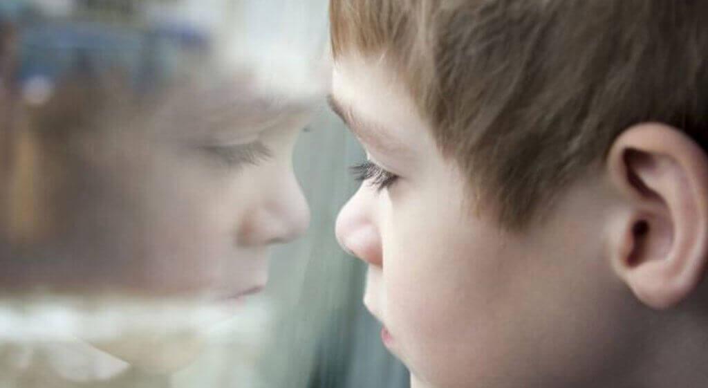 Kind blickt durch ein Fenster