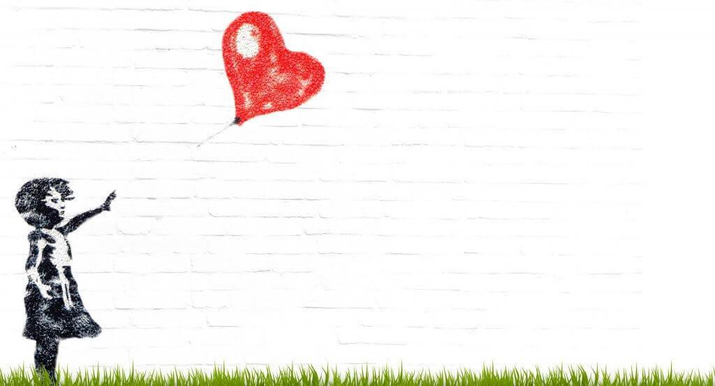 Kind mit Herzluftballon