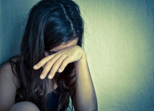 Arten von Kindesmissbrauch - Kind versteckt sein Gesicht