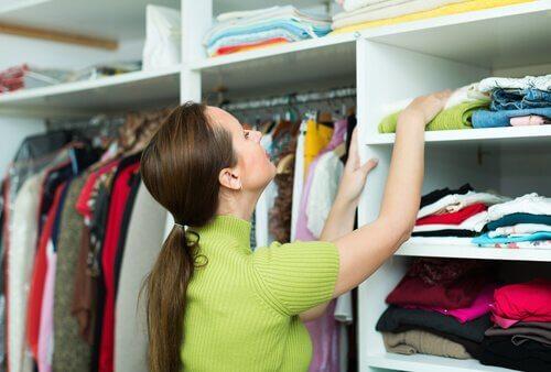 Frau ordnet ihre Kleidung