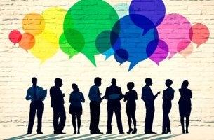 Erfolgreiche Kommunikation - Personen sprechen miteinander