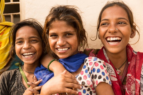 Drei Mädchen lachen in die Kamera