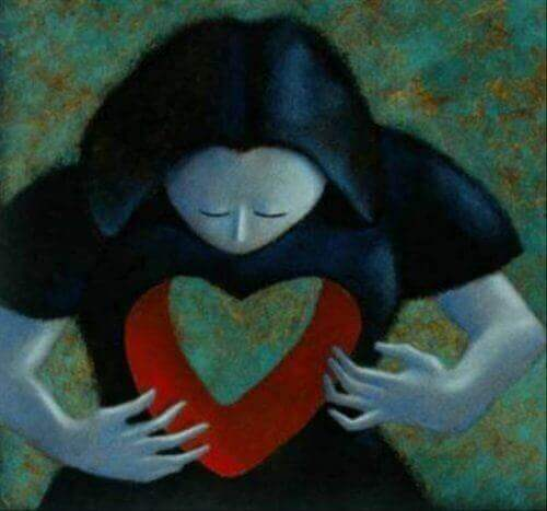 Frau mit einem Loch in Form eines Herzens in ihrem Körper
