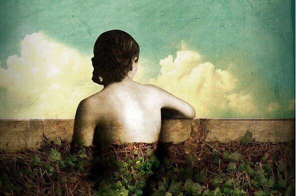 Frau schaut über eine Mauer