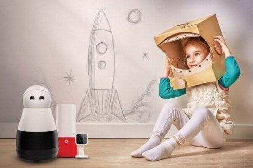 Ein Mädchen spielt Astronautin