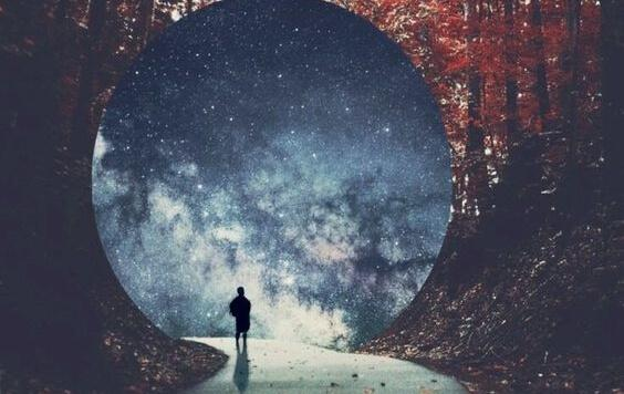 Mann steht am Ende eines Tunnels vor der Milchstraße