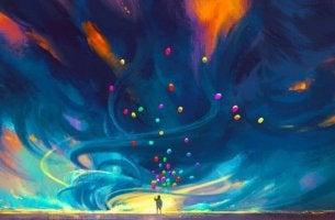 Glück kennt keine Grenzen - Mann mit Ballons unter riesigem Himmelszelt