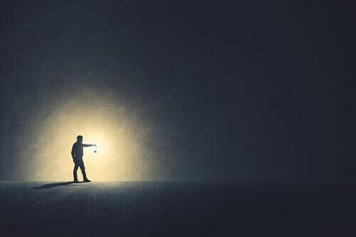 Mann mit Laterne im Dunkeln