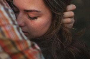 Liebe ist die beste Medizin Mann umarmt Freundin, die weint