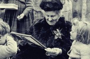 Zitate von Maria Montessori - Maria Montessori von Kindern umgeben