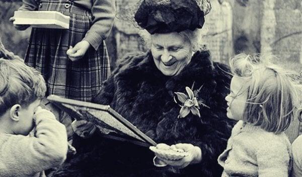 Maria Montessori von Kindern umgeben