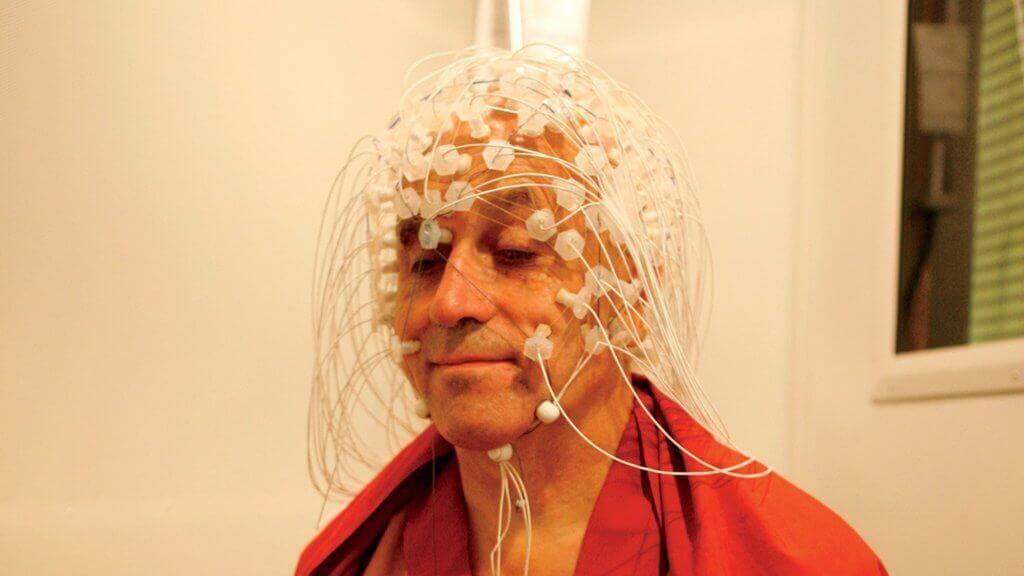 Matthieu Ricard mit Elektroden am Kopf