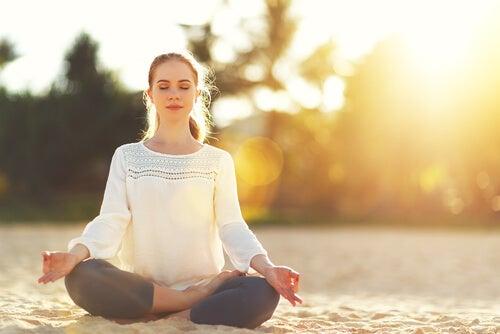 Frau in Meditation am Strand