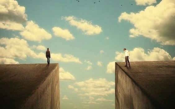 Zwei Menschen stehen auf gegenüberliegenden Seiten eines Abgrunds.