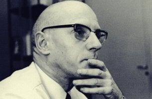Zitate von Foucault - Michel Foucault beim Nachdenken.