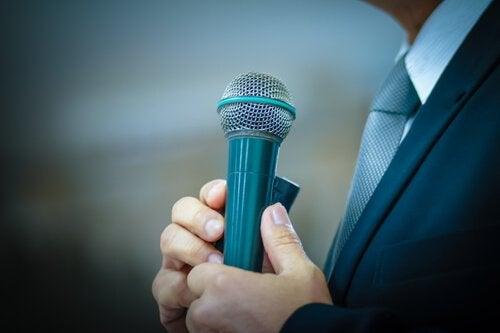 Mikrofon in der Hand
