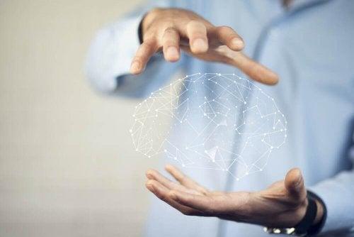 Ein Mann hält eine digitale Darstellung des Gehirns zwischen den Händen