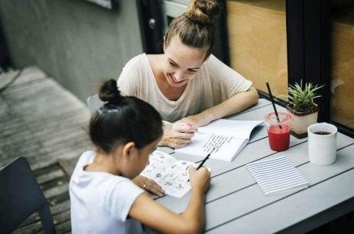 Mutter und Tochter machen gemeinsam Hausaufgaben