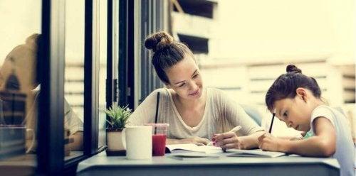 Mutter und Tochter machen Hausaufgaben