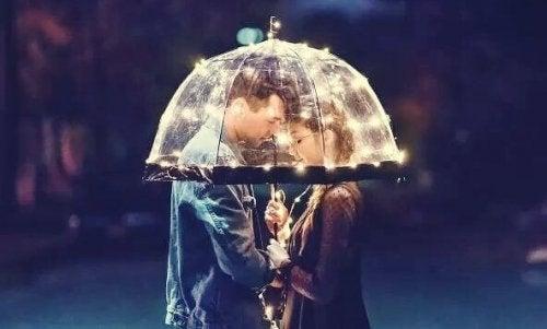 Gefühlsräume - Ein Liebespaar steht unter einem Schirm.