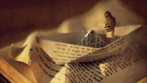 Papierschiff aus einer Seite eines Buches