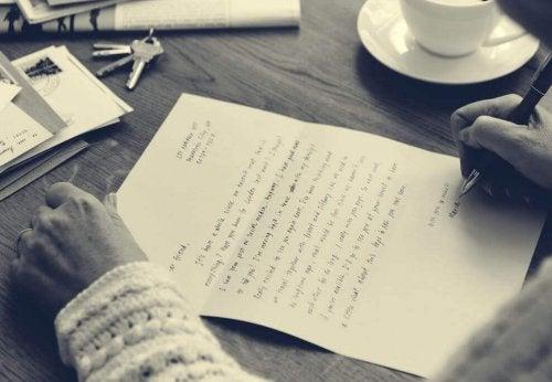 Person schreibt einen Brief