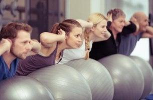 Psychologische Vorteile von Pilates - Gruppe über Bällen