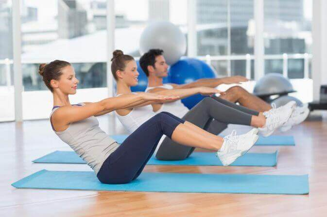 Pilates-Workout in einer Gruppe