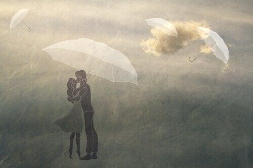 Paar küsst sich unter einem Regenschirm
