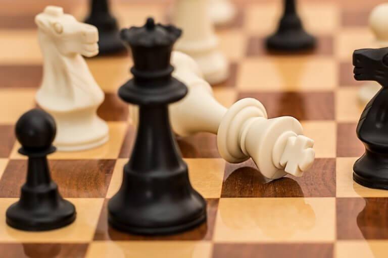 Ein Schachbrett mit einer umgefallenen Dame.