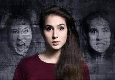 Eine Frau, die scheinbar schizophren ist. Sie kann eine Präsenz fühlen.