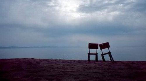 Zwei Stühle stehen vor dem Meer