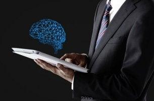 Neurowissenschaften - Gehirn über einem Tablet