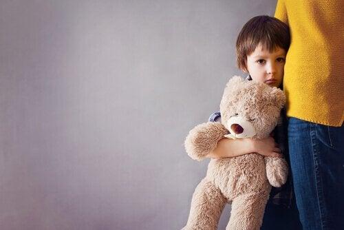 Ein Kind drückt seinen Bär ganz fest an sich.