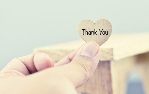 Ein Herz aus Holz, auf dem Thank You steht