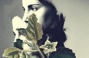 Damit zurechtkommen, verlassen zu werden - traurige Frau