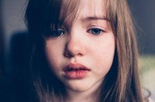 Gewalt bei Kindern - trauriges Mädchen