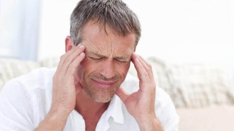 Mann mit extremen Nervenschmerzen