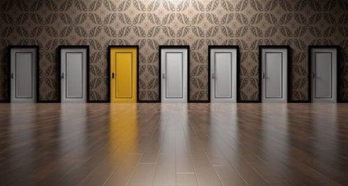 Sieben Türen, nur eine ist gelb