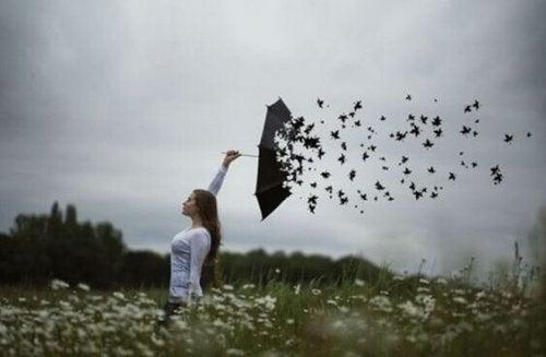 Regenschirm, der zu Blättern wird