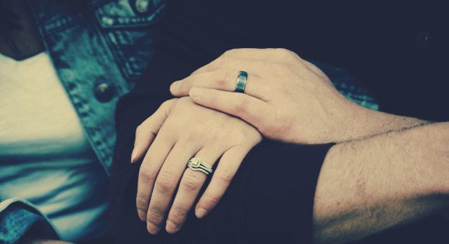 Paar, das sich an den Händen hält