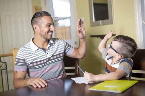 Vater und Sohn schlagen ab, nachdem die Hausaufgaben erledigt sind